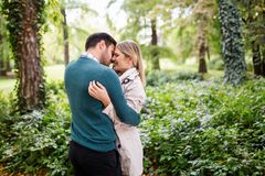 Förälskad spendera tid för unga lyckliga par tillsammans Royaltyfri Fotografi