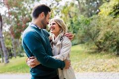 Förälskad spendera tid för unga lyckliga par tillsammans Arkivfoto