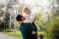 Förälskad spendera tid för unga lyckliga par tillsammans Arkivbilder