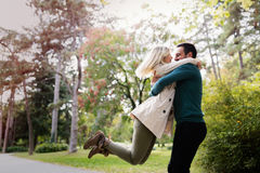 Förälskad spendera tid för unga lyckliga par tillsammans Arkivbild