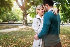 Förälskad spendera tid för unga lyckliga par tillsammans Royaltyfria Bilder