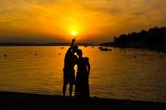 Förälskad tyckande om romantisk afton för par Royaltyfria Foton