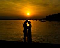 Förälskad tyckande om romantisk afton för par Arkivfoto