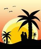 Förälskad tyckande om solnedgång för par Royaltyfri Foto