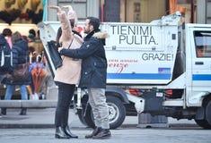 Förälskad tyckande om tid för unga lyckliga par tillsammans på gatan Royaltyfri Bild
