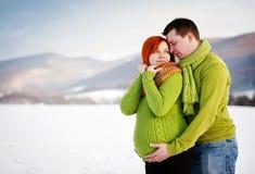 Förälskad yttersida för lyckliga par i vinter Arkivbild