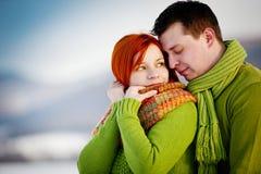 Förälskad yttersida för lyckliga par i vinter Arkivfoto