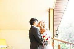 Förälskade älskvärda par kyssa sig på Arkivfoton