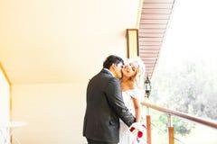 Förälskade älskvärda par kyssa sig på Arkivfoto