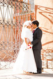 Förälskade älskvärda par kyssa sig på Royaltyfria Bilder