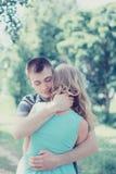 Förälskade älskvärda sinnliga par, man som omfamnar kvinnan, varm känsla Royaltyfria Bilder
