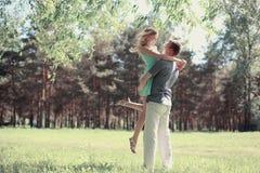 Förälskade älskvärda unga lyckliga par för mjukt foto Fotografering för Bildbyråer