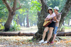 Förälskade attraktiva asiatiska par tillsammans Arkivfoto