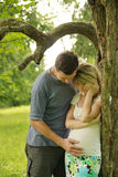Förälskade gravida par Arkivfoton