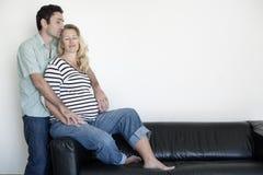 Förälskade gravida par Royaltyfri Bild