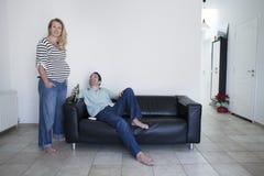 Förälskade gravida par Fotografering för Bildbyråer