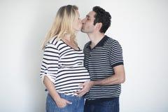 Förälskade gravida par Arkivbilder
