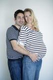 Förälskade gravida par Arkivbild