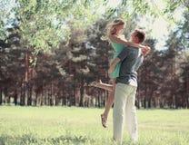 Förälskade härliga lyckliga par, fjädrar den soliga dagen, förälskelse Arkivfoto