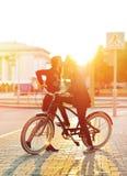 Förälskade kyssande romantiska par Solnedgång Pojke och flicka som står n Fotografering för Bildbyråer