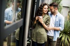 Förälskade lyckliga gulliga par omfamna sig och dricka coff royaltyfri bild