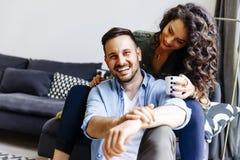 Förälskade lyckliga gulliga par omfamna sig och dricka coff fotografering för bildbyråer