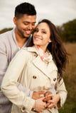 Förälskade lyckliga härliga par. Arkivfoton