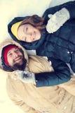 Förälskade lyckliga par ha gyckel i snön royaltyfria foton