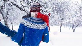 Förälskade lyckliga par ha gyckel i vinter Ung man som virvlar hans flickvän