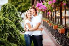 Förälskade lyckliga par ha gyckel på gatan arkivbild