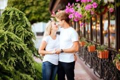 Förälskade lyckliga par ha gyckel på gatan royaltyfri fotografi