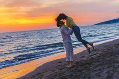 Förälskade lyckliga unga romantiska par har gyckel på den härliga stranden på den härliga sommardagen arkivbilder