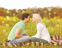 Förälskade nätta romantiska par ha roliga såpbubblor Arkivbilder