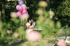 Förälskade par - början av en Love Story En man och ett romantiskt datum för flicka i en parkera Fotografering för Bildbyråer