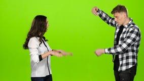 Förälskade par grälar, svär, grabbsidorna grön skärm stock video