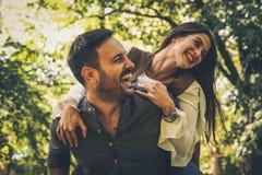Förälskade par har gyckel och att skratta royaltyfria foton