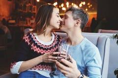 Förälskade par på ett datum i kafé i valentindag Royaltyfria Bilder