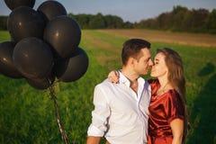 Förälskade par som firar bröllopsresa Royaltyfria Bilder