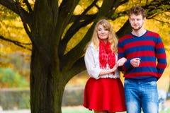 Förälskade par tycker om det romantiska datumet parkerar in Royaltyfria Bilder