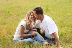 Förälskade par utomhus Arkivfoton