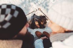 Förälskade småfiskmarshmallower för par på insats Royaltyfri Fotografi