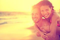 Förälskade strandpar ha gyckel på bröllopsresa Royaltyfri Bild