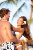 Förälskade strandpar ha semestersommargyckel Arkivfoto