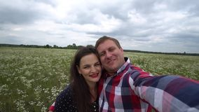 Förälskade tagande foto för romantiska lyckliga par på telefonen i natur lager videofilmer