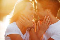 Förälskade tyckande om ögonblick för par under solnedgång royaltyfria foton