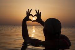 Förälskade tyckande om mjuka ögonblick för flicka på solnedgången under feriewi Royaltyfria Foton