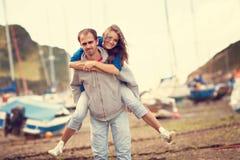 Förälskade unga attraktiva par, kärlekshistoria Arkivfoto