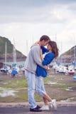 Förälskade unga attraktiva par, kärlekshistoria Arkivfoton