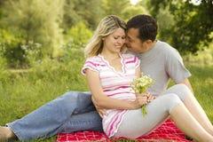 Förälskade unga härliga par utomhus Arkivfoton