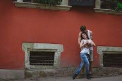 Förälskade unga härliga roliga par ha roligt utomhus- på gatan i sommar Royaltyfri Foto